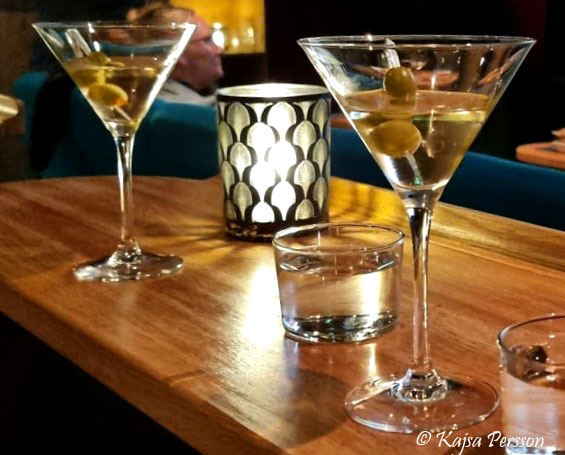 Två glas Dry Martini, ljus och ett vattenglas