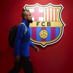Arturo Vidal in front of the Barcelona crest, before the latest encounter against Eibar / GETTY IMAGES EUROPE