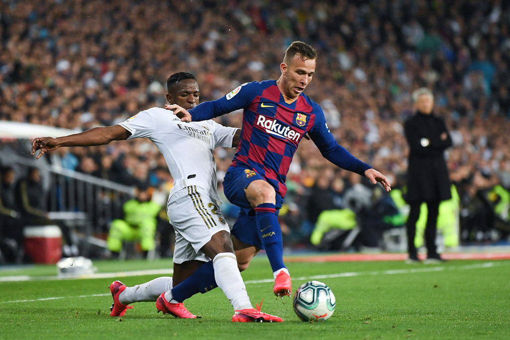 Barcelona's Arthur Melo (R) and Real Madrid's Vinicius Jr. (L) competing for the ball, during El Clásico at the Santiago Bernabéu / GETTY IMAGES EUROPE