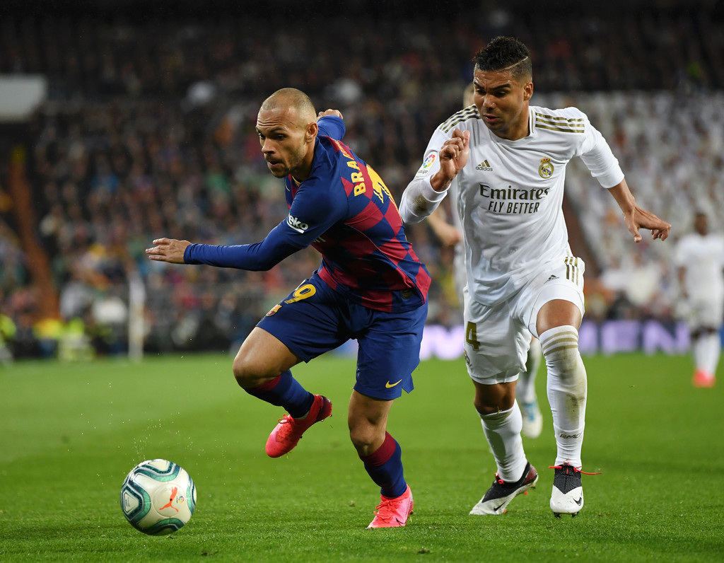 Barcelona's Martin Braithwaite (L) on the ball, followed by Real Madrid's Casemiro (R) during the Clásico encounter, on February 29, 2020 / GETTY IMAGES EUROPE