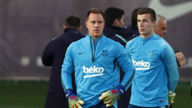 Iñaki Peña (R), and Marc-André ter Stegen, in a training session for FC Barcelona / FRANCESC ADELANTADO