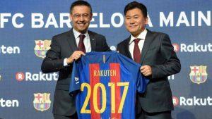 Josep Bartomeu (L) and Hiroshi Mikitani (R) during the unveiling of the Rakuten - Barça partnership / AFP