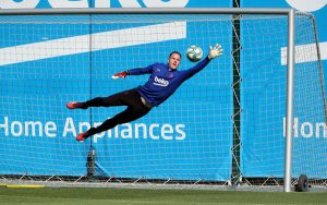 Marc-Andre ter Stegen leaps for the ball in training / MIGUEL RUIZ/ GETTY IMAGES EUROPE