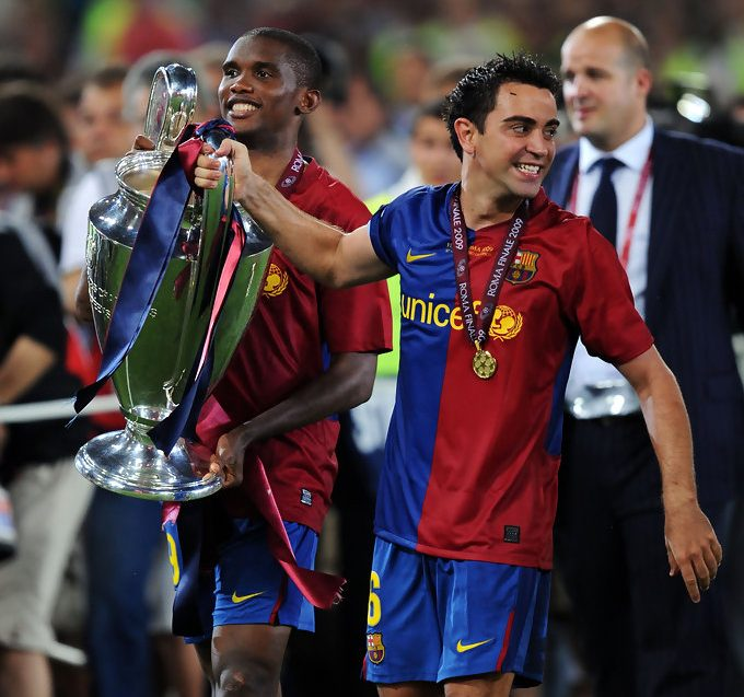 Samuel Eto'o and Xavi Hernández lift the trophy as they celebrate winning the UEFA Champions League Final 2009 / JASPER JULNEN/GETTY IMAGES EUROPE