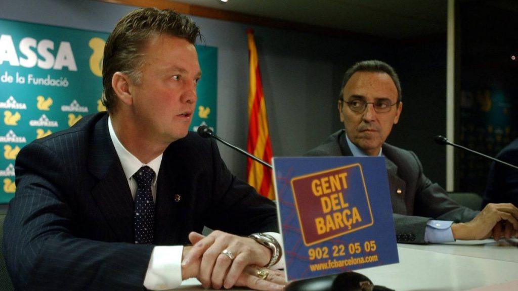 Joan Gaspart (R) with the former Barcelona manager, Louis Van Gaal (L) / TONI ALBIR/EFE