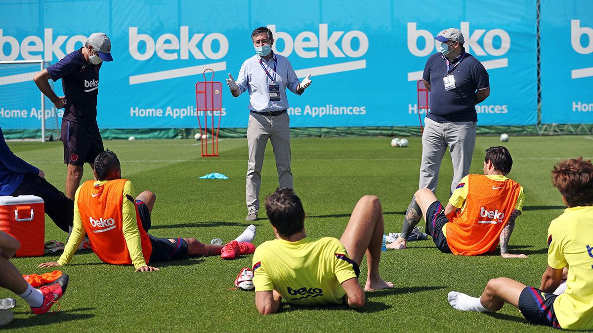 Josep Bartomeu (C) and Óscar Grau (R) visiting the first team during training / MIGUEL RUÍZ/FC BARCELONA