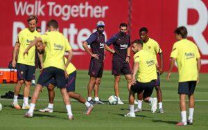 El primer equipo del Barça durante la sesión de entrenamiento de este lunes en la Ciudad Deportiva Joan Gamper / MIGUEL RUIZ / FCBARCELONA