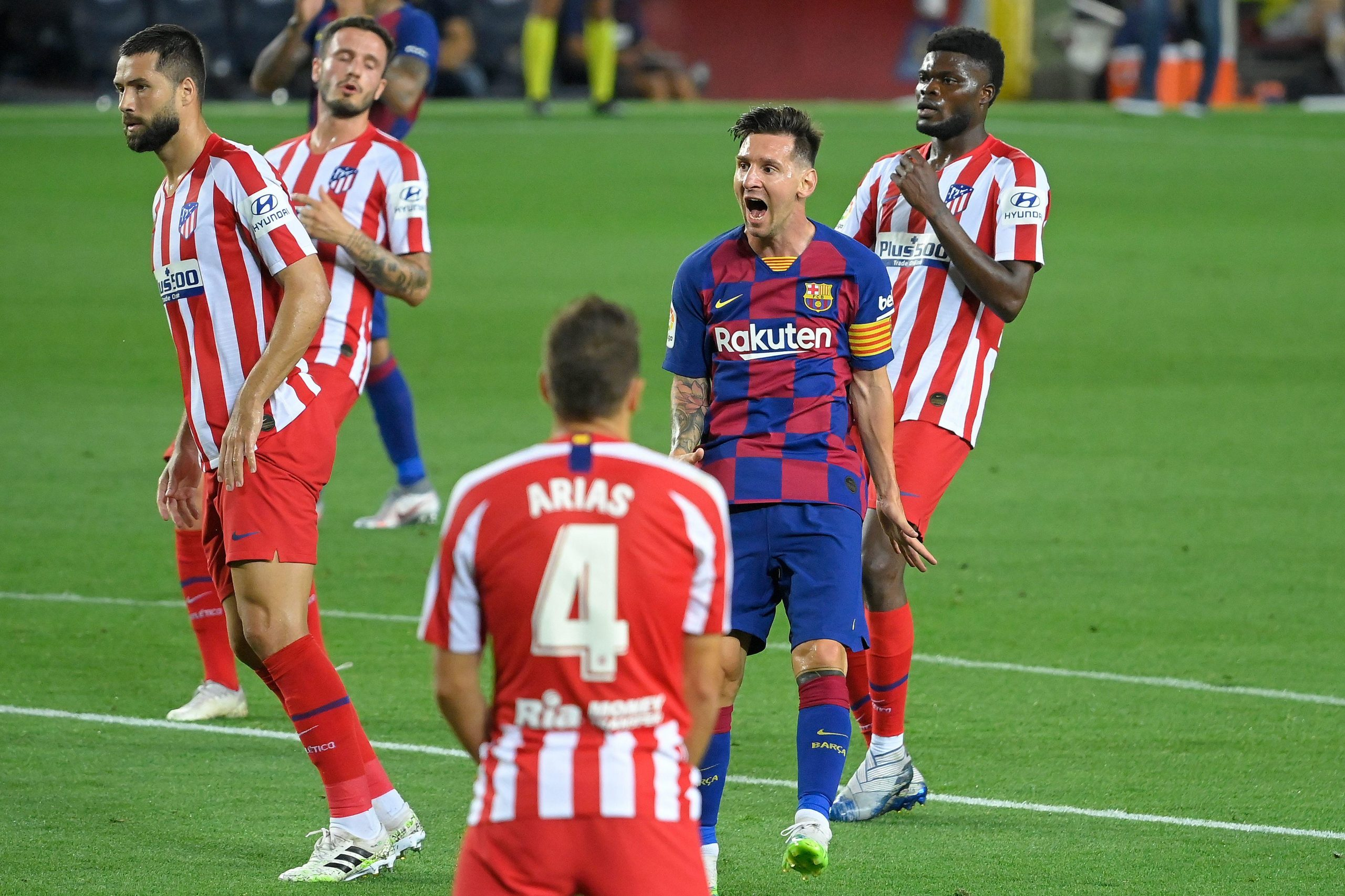 Lionel Messi reacts after missing a goal opportunity during the match between FC Barcelona and Atletico de Madrid / LLUIS GENE / AFP GETTY IMAGES