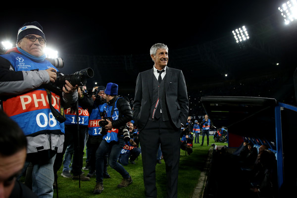 Quique Setien the coach of Barcelona looks on as he is surrounded by photographers ahead of the UEFA Champions League round of 16 first leg match between SSC Napoli and FC Barcelona at Stadio San Paolo on February 25, 2020 in Naples, Italy. (Feb. 24, 2020 – Source: Getty Images Europe)