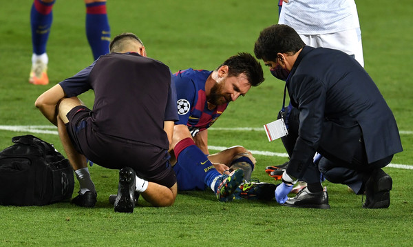 Lionel Messi, getting treated by the medical staffs / David Ramos/ Getty Images Europe