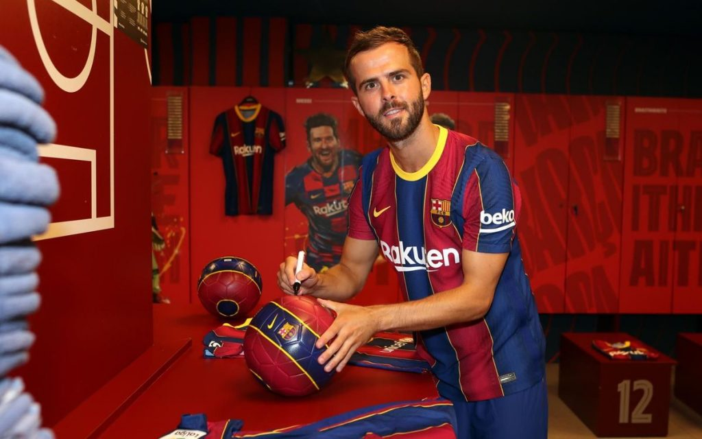 Miralem Pjanić, posing in Barcelona colours. / FcBarcelona.com