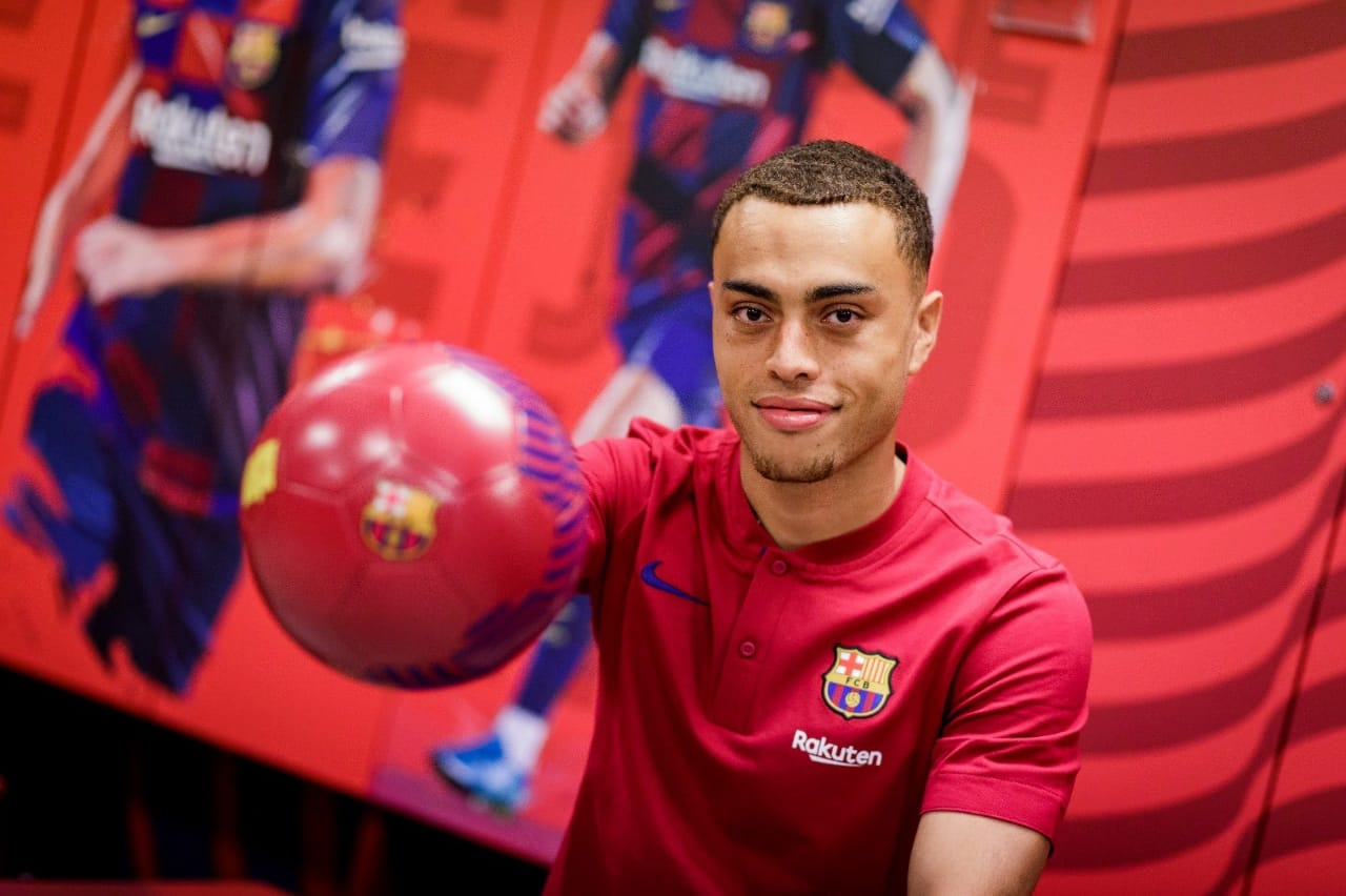 Sergiño Dest in his official presentation / Barça TV+