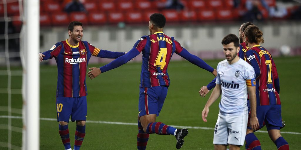 Ronald Araujo celebrating his goal at the Camp Nou against Valencia / 18-12-2020 / ERIC ALONSO/GETTY IMAGES EUROPE
