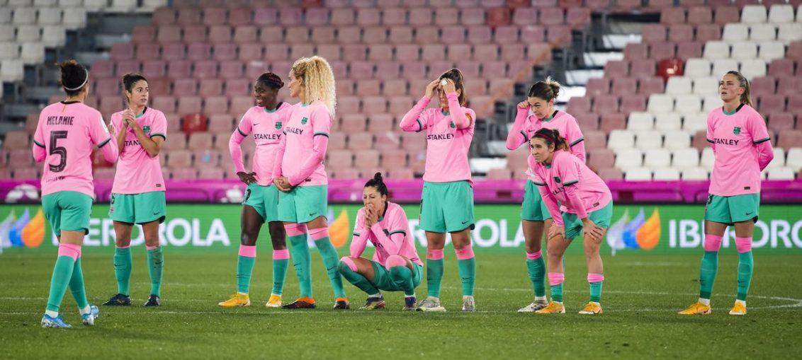 El equipo del Barcelona Femenino al final del partido en el Estadio Juegos Mediterraneos. / VÍCTOR SALGADO/FCBARCELONA