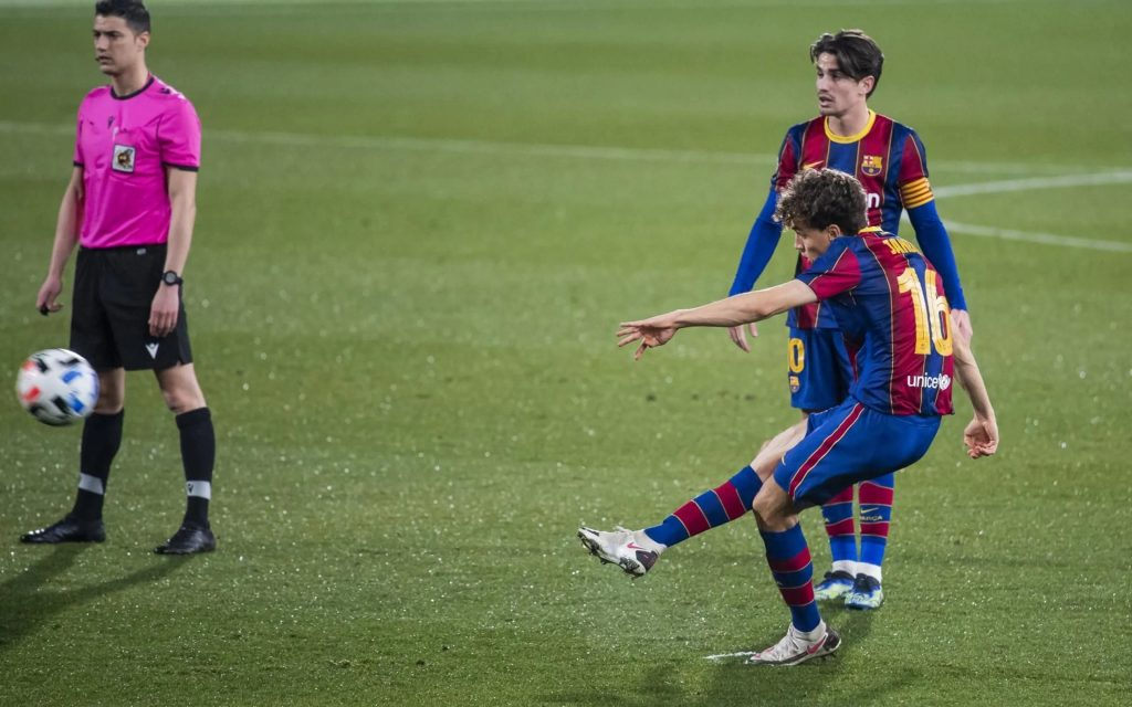 Jandro Orellana takes the free kick and scores the first goal / FC Barcelona B