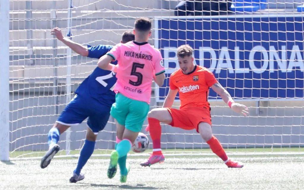 Tenas salvó la mejor ocasión del Badalona / Miguel Ruiz (FCB)