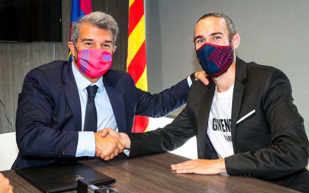 Òscar Mingueza with FC Barelona president Joan Laporta (Photo by FC Barcelona)