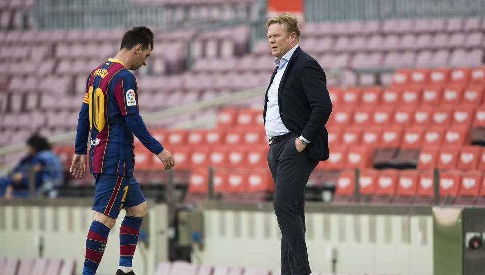 Ronald Koeman watching Messi walking towards the dressing room after the defeat against Celta (Photo by : Pere Puntí/MD)