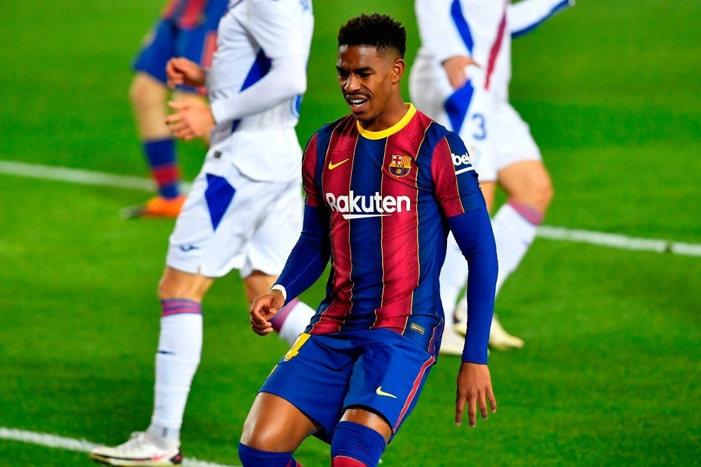 Junior Firpo in a match for Barcelona/ PAU BARRENA/AFP via Gettty Images