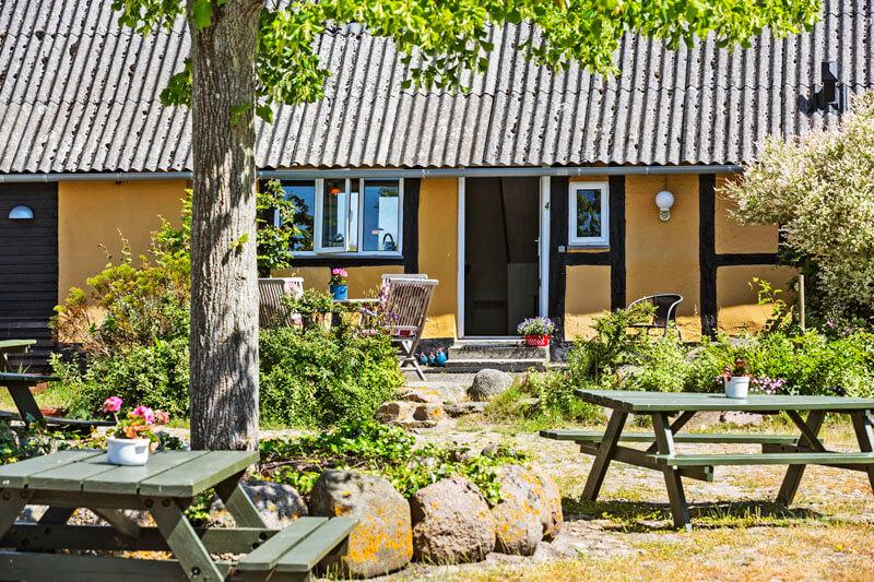 Blushoejgård Ved havet fra gårdspladsen