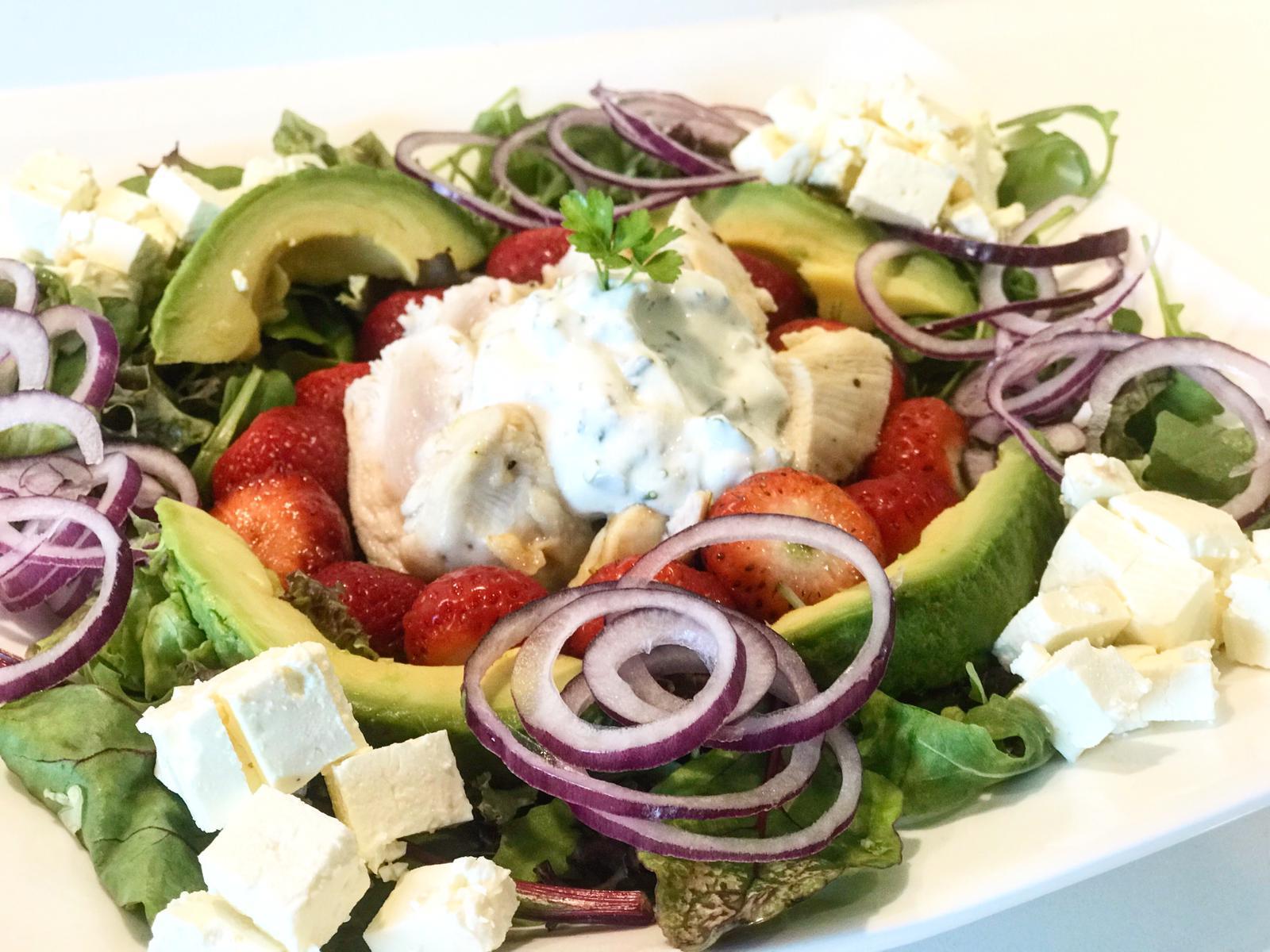 Maaltijd Salade met Gegrilde Kip en Aardbeien