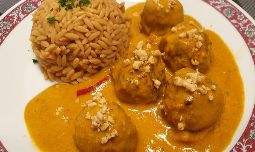 Erdnuss-Hackbällchen in Curry-Kokos-Sauce