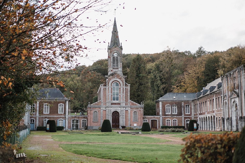 Abbaye d'Aulne - la carrosserie et l'église moderne