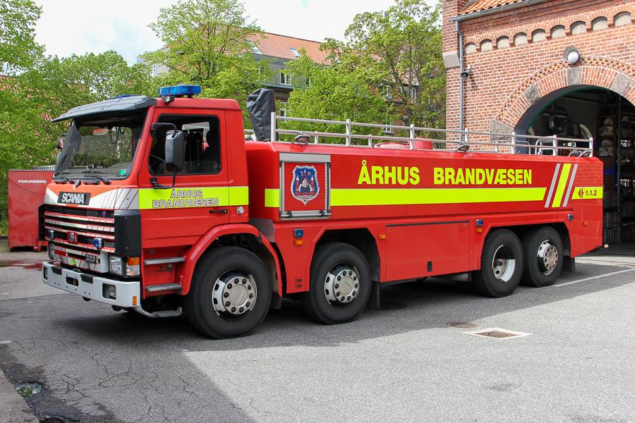 """Den meget karakteristiske lave og meget lange tankvogn på """"Munkebakken""""Foto: Henning Svensson"""
