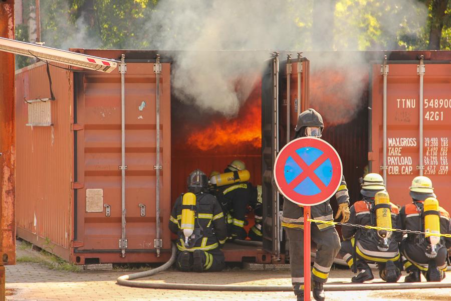 Der er gang i overtændingscontaineren på brandskolen i Hamburg. Foto: Henning Svensson