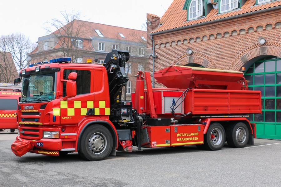 Ny containervogn med Hiab kran, på station City. Køretøjet er her påmonteret grus-aggregat. Foto: Henning Svensson