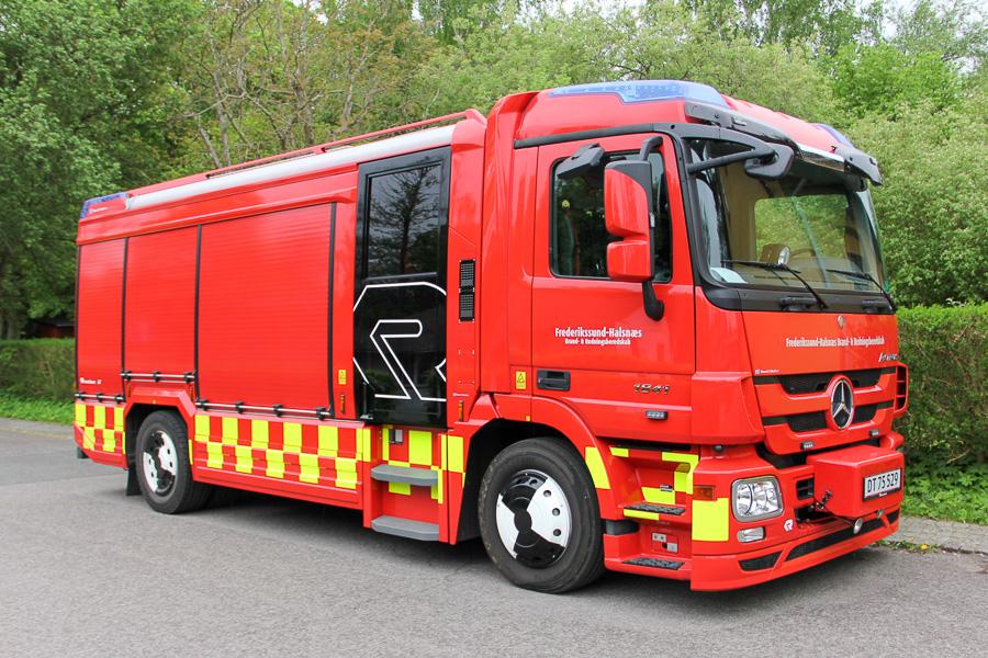 Det nyeste brandkøretøj i Halsnæs Kommune. Mercedes-Benz 1841 Actros sprøjte med Rosenbauer AT3 opbygning. Et identidk køretøj er indsat i Frederikssund. Foto: Henning Svensson