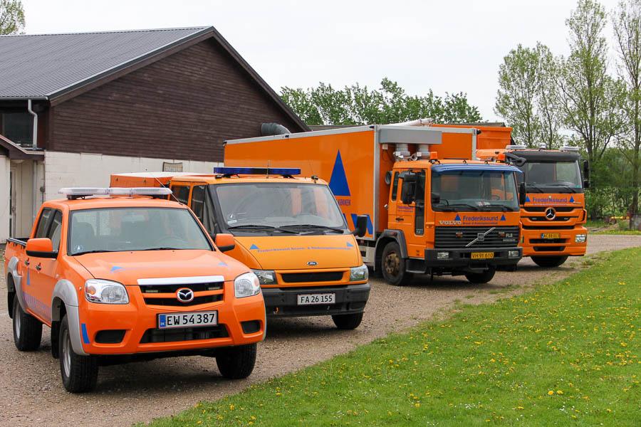 Frivilligenhedens køretøjer foran beredskabsgården. Foto: Henning Svensson