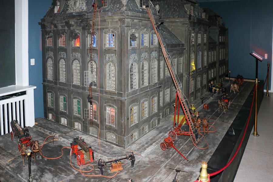 En imponerende mandshøj, håndbygget bygningsmodel. Foto: Henning Svensson