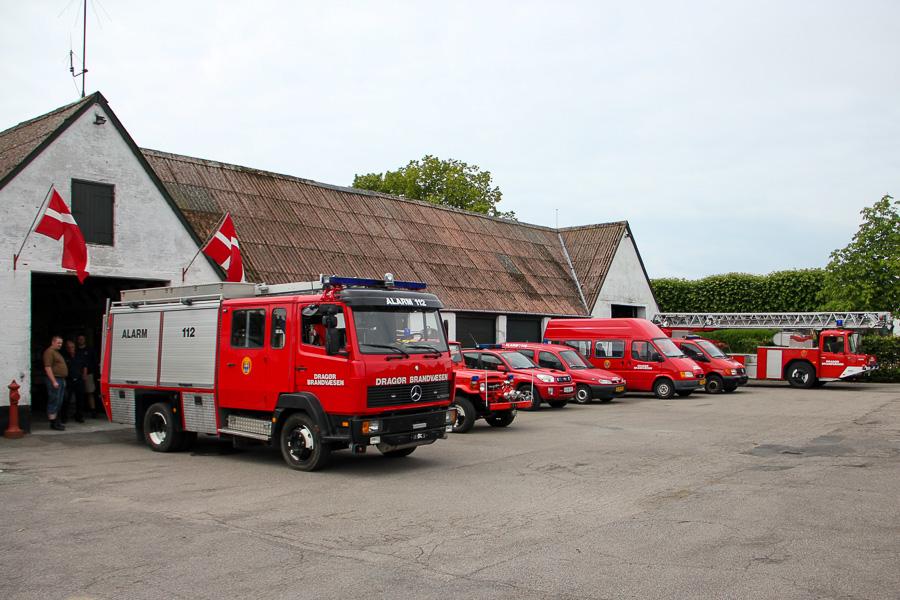 En flagsmykket brandstation i Store MAgleby, med alle bilerne kørt frem. Foto: Henning Svensson