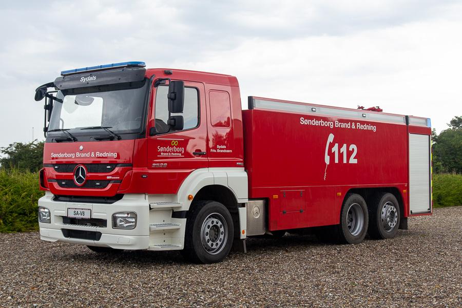 De sønderjyske brandværn er blandt andet kendt for deres mange store tankvogne. Denne fra Sydals er ingen undtagelse. Opbygget af GKV på Mercedes-Benz 2529 chassis. Foto: Tony Frimodt