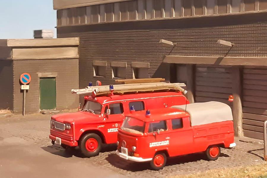 Københavns Brandvæsens station Prøvestenen med sprøjte og færdselsvogn fra midt 1970'erne.  Dioramaet er fremstillet af den legendariske modelbygger Preben Larsen. Modelbiler og foto af Steffen Lund.