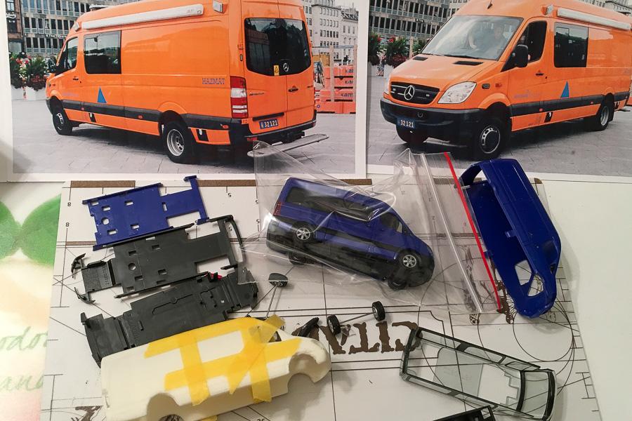 Modelbygger - et eksempel på et modelbyggerbord. Her bygger Henning Svensson Beredskabsstyrelsens HazMat-bil i skala 1:87. Foto: Henning Svensson