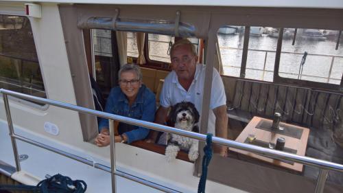 ''Lis'', Ank en Hans Naerebout met Moppie aan boord