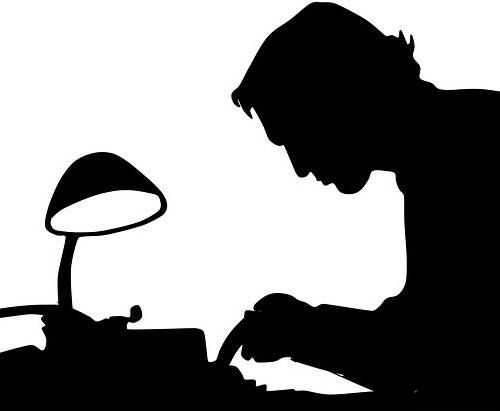 Sort/hvid grafisk gengivelse af en mand, der sidder ved et skrivebord og skriver på skrivemaskine.