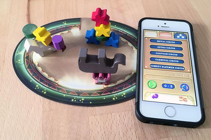 Hier spielt die Musik: Mit der App von Meeple Circus gebt ihr die Zeit für jeden Auftritt vor.