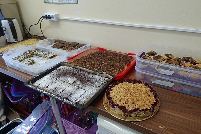 Verschiedene Kuchen auf Tabletts: Brettspielcakes