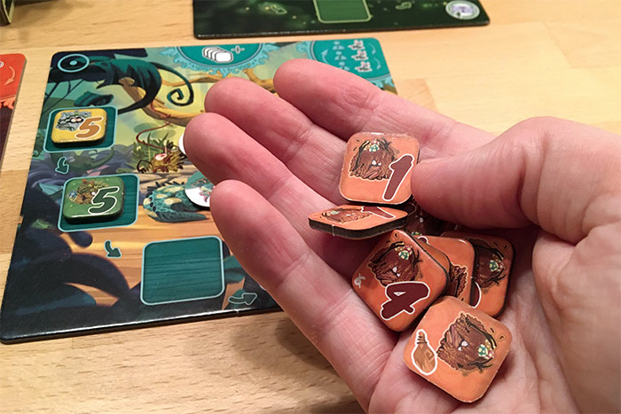Acht Grumpf-Plättchen in einer Hand.