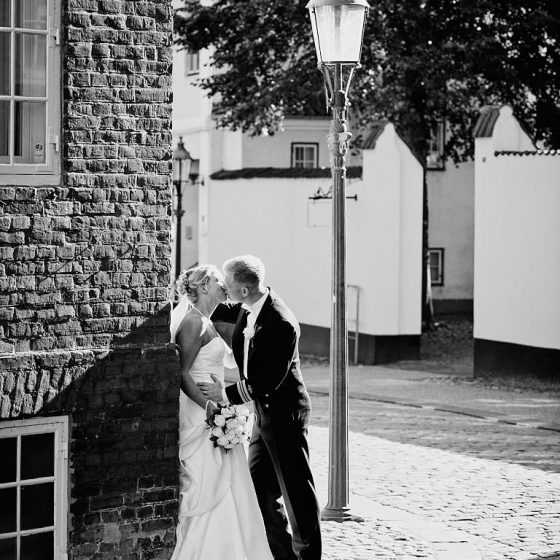 Fotograf til bryllup Aarhus-Viborg-Østjylland-Midtjylland brudepar kysser i gammel bydel