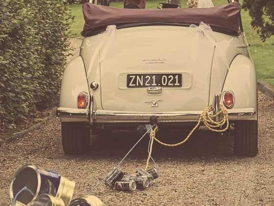 Fotograf til bryllup Aarhus-Viborg-Østjylland-Midtjylland brudepars bil med kagedåser