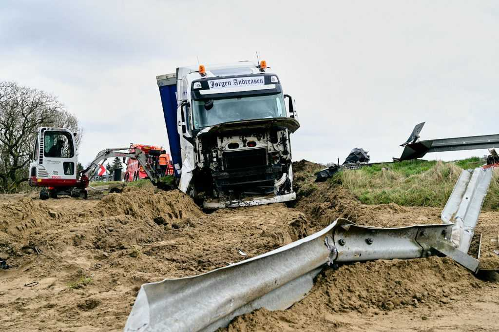 Viborg Nyheder - chaufførs nyseanfald sendte lastbilen gennem autoværnet
