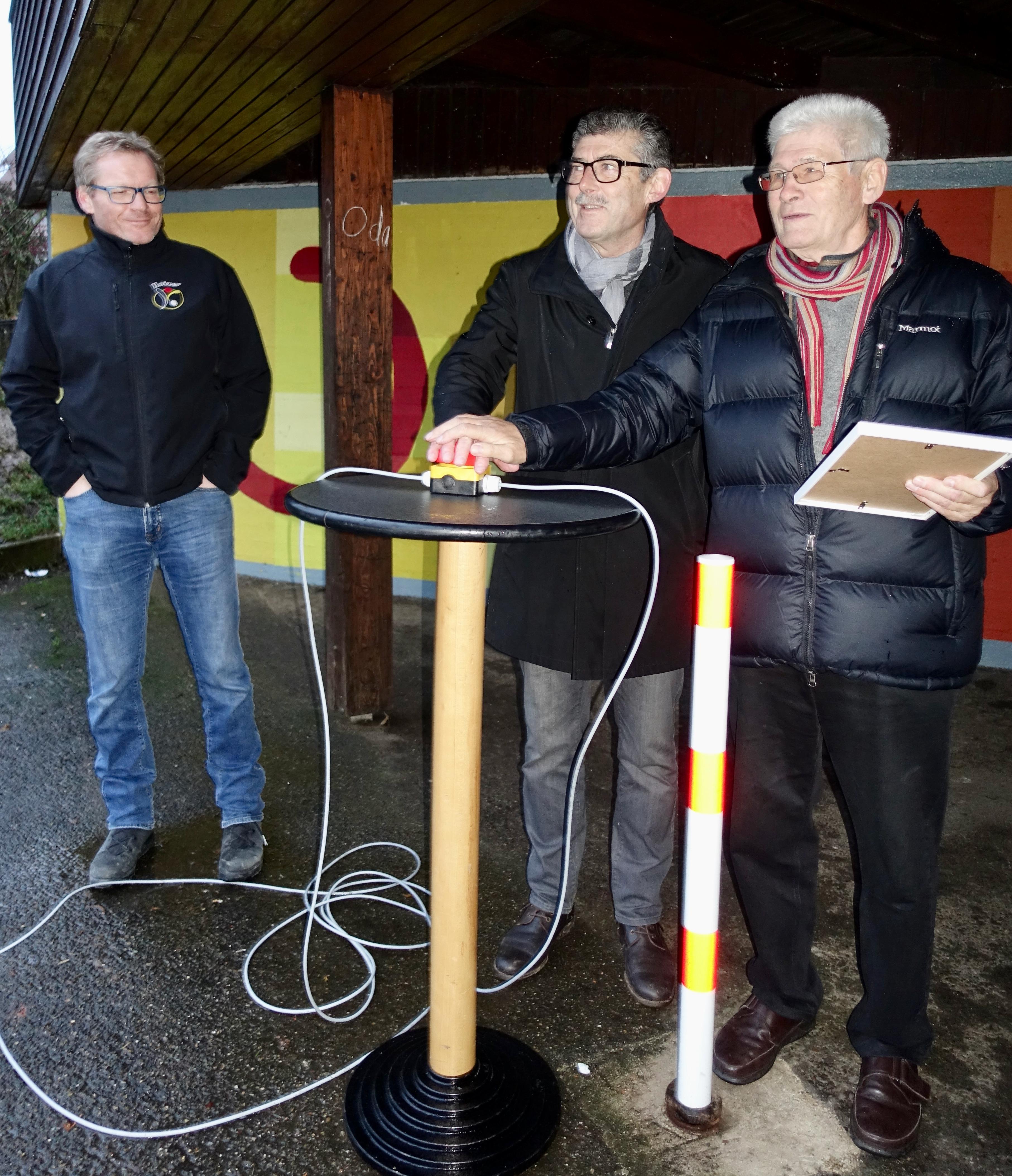 Bürgermeister Schaffer und Dr. Jörg Abthoff drücken gemeinsam den Startknopf für die LED-Straßenbeleuchtung