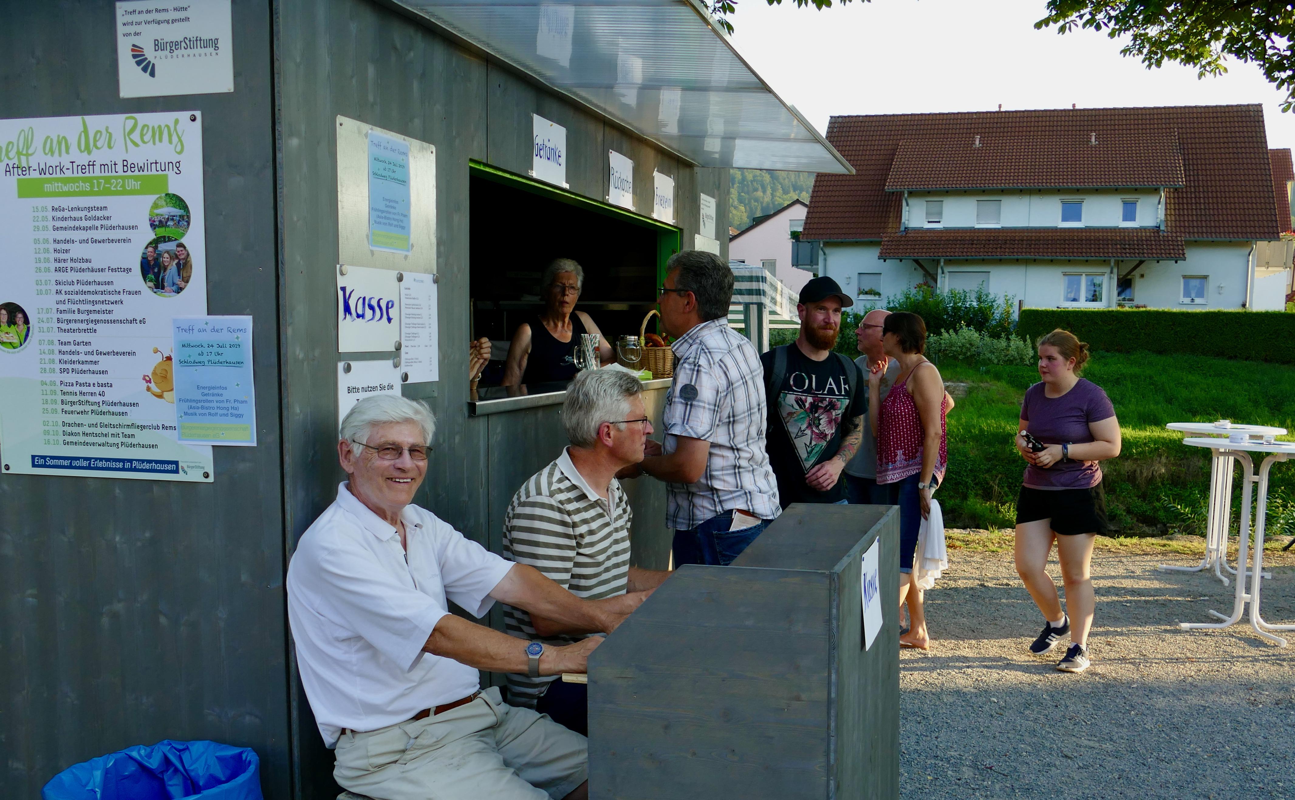 Vertreter des Vorstands, Dr. Jörg Abthoff und Bernhard Mang an der Kasse
