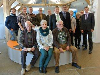 Gruppenbild u.a. mit Energiegenossen, Gemeinderäten und Bürgermeister aus Plüderhausen im ehemaligen Bahnhof in Leutkirch