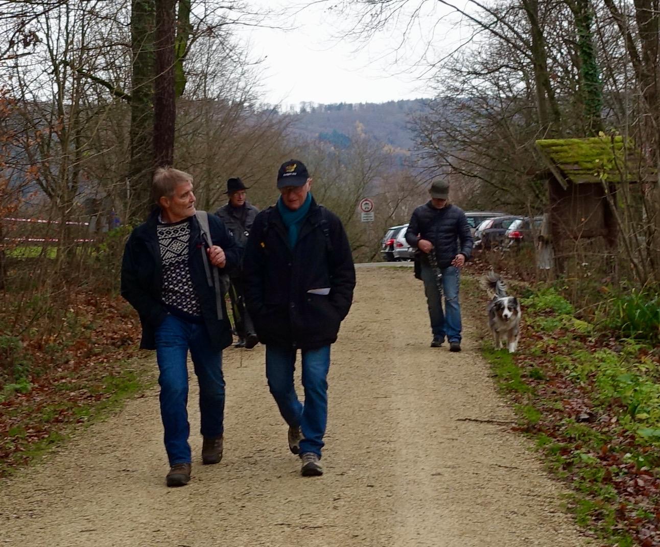 Auf einem Waldweg laufen Dr. Häußermann im Gespräch mit Eberhard Bartsch