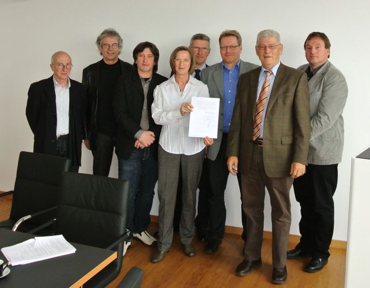 Gründungsmitglieder nach Vertragsunterzeichnung mit der EnBW
